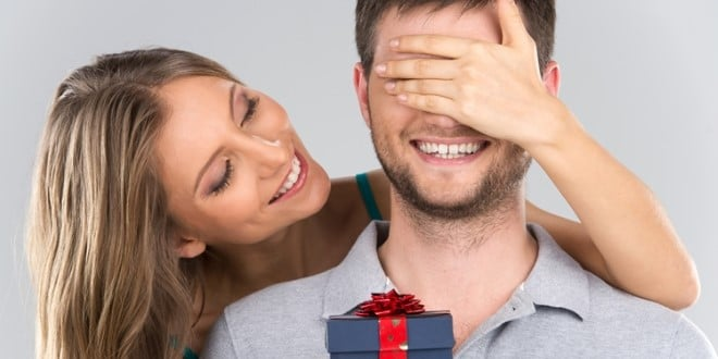 ilustrasi memberikan hadiah kepada pria