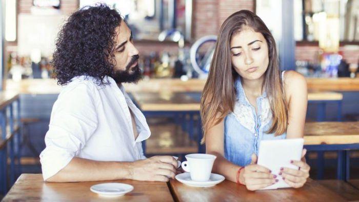 Ilustrasi kesepakatan berkomunikasi dengan pacar