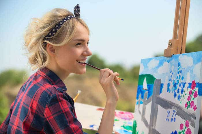 wanita belajar melukis
