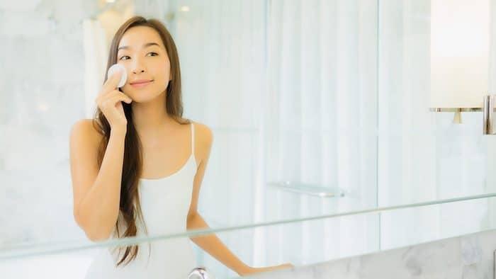 Ilustrasi wanita menggunakan skincare